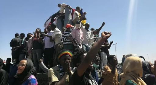 動画:スーダンの反政府デモ、初めて軍本部前に到達 「国民の側に付け」と軍に要求