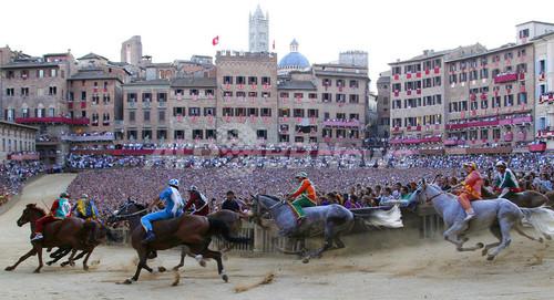 伝統競馬「パリオ」、カンポ広場で開催 イタリア