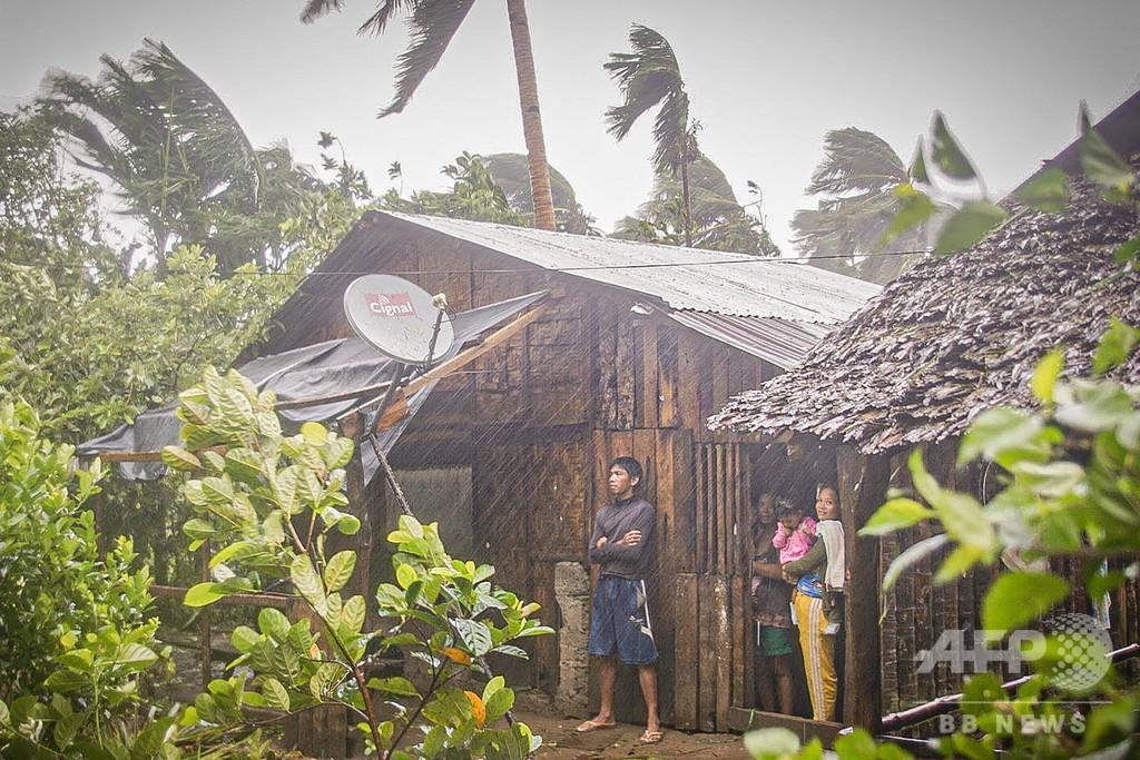 フィリピンに台風1号上陸、数万人が避難 対人距離確保に不安も