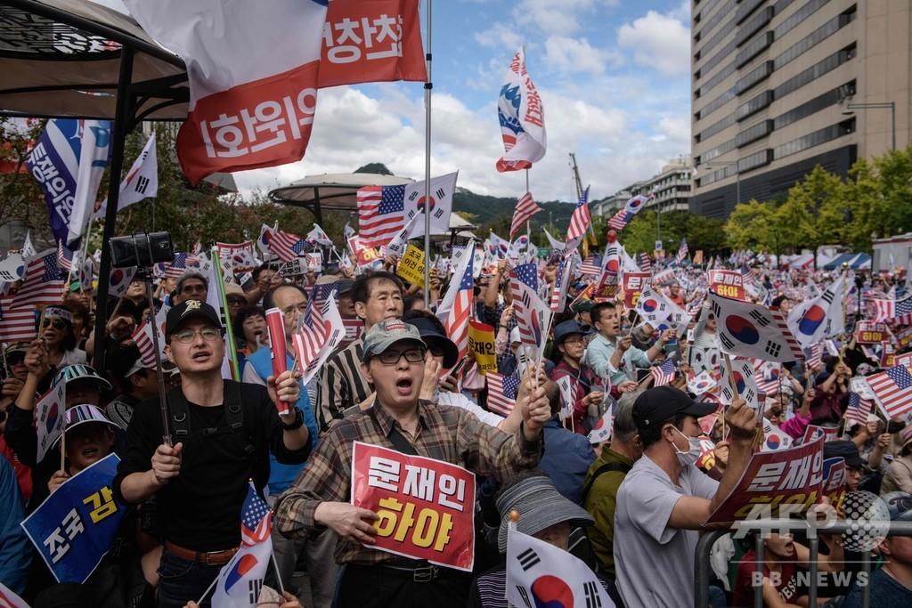 ソウルで文大統領に退陣要求デモ 韓国