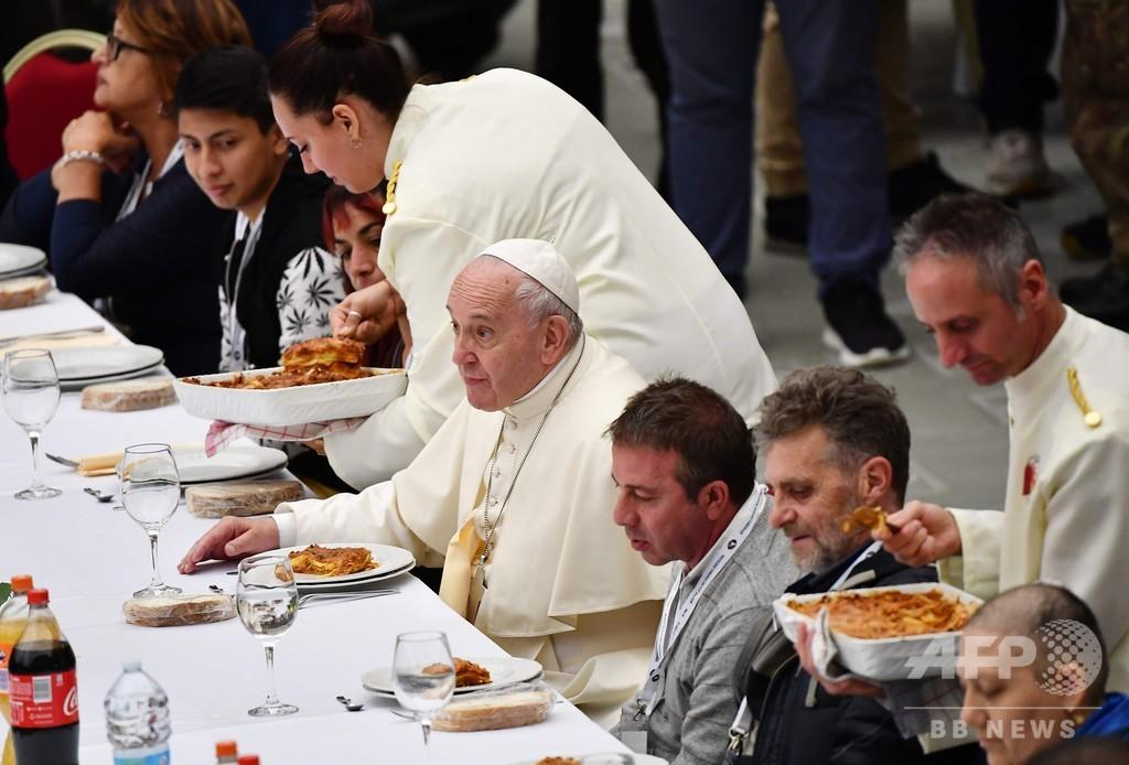 法王、貧困者やホームレス1500人招き昼食会 「わが道急ぐ」社会を非難