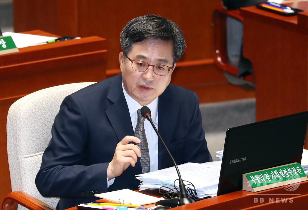 韓国大統領、経済副首相と大統領府政策室長を同時更迭