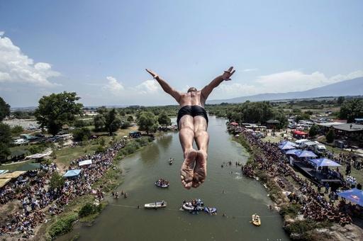 高さ22メートルの橋からジャンプ! コソボで高飛び込み大会