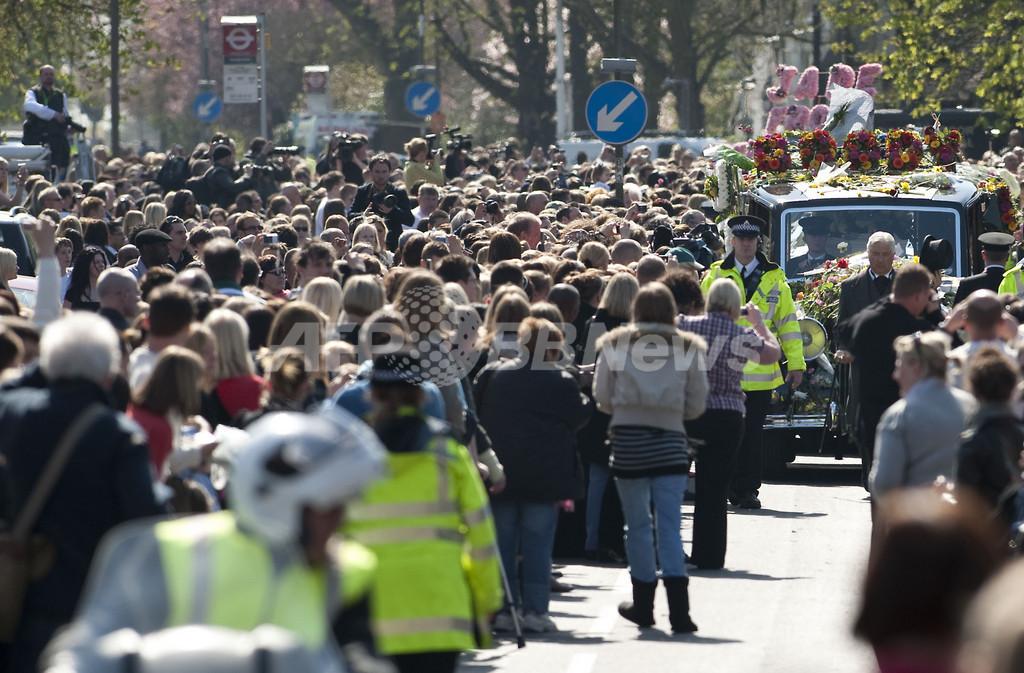 英リアリティー番組スター、ジェイド・グッディの葬儀 数千人が最後の別れ
