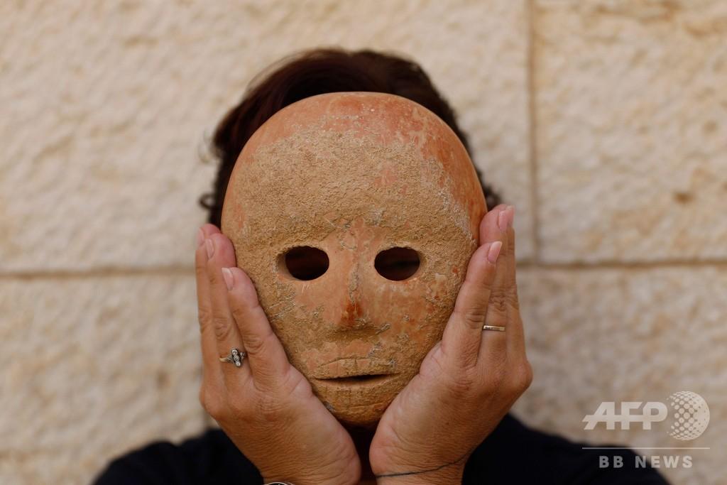 【遺跡】9000年前の石の仮面が発見される イスラエル考古学庁が公開