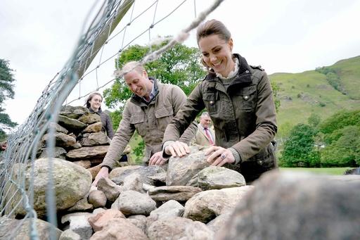 ウィリアム英王子夫妻、牧場を訪問 羊の毛刈りや石垣修理を体験