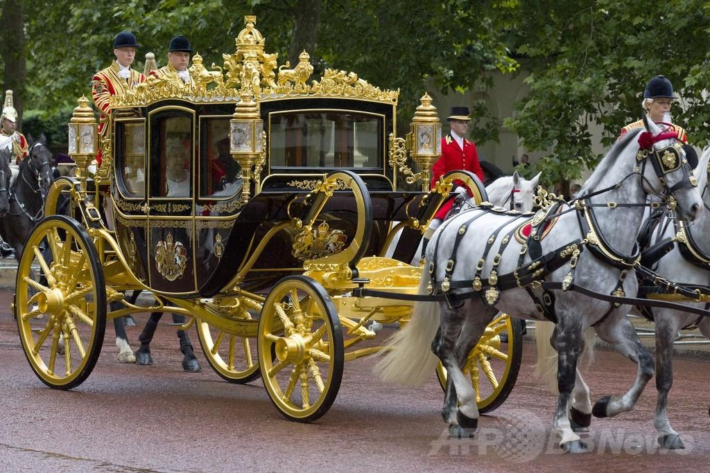 英女王、新装馬車を初披露 1000年分の英国史満載
