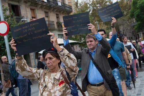 国際ニュース:AFPBB Newsバルセロナで独裁者フランコ像の野外展示 開幕直後から抗議の卵