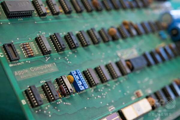 アップル初のコンピューター、1400万円で落札 予想価格下回る