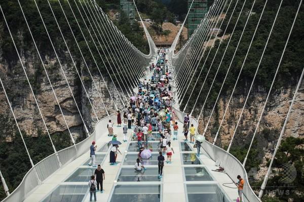 世界一高くて長いガラス橋が開通、中国・張家界