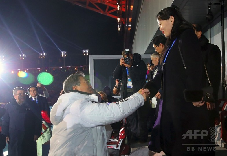 金正恩氏の妹、韓国大統領と握手 平昌五輪開会式