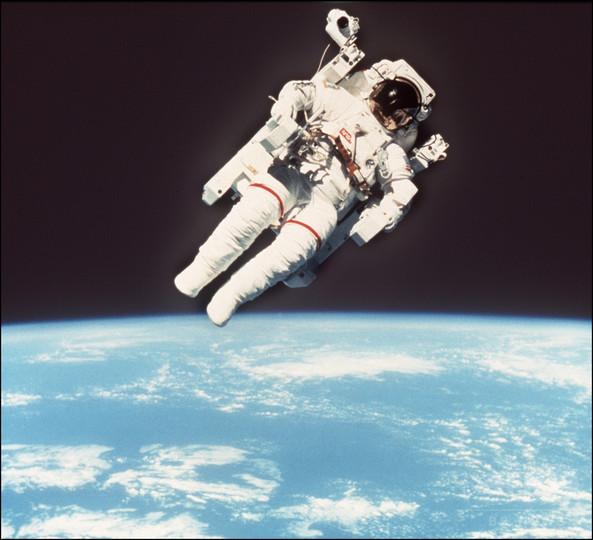 人類初の命綱なし遊泳に成功の宇宙飛行士が死去 NASA発表