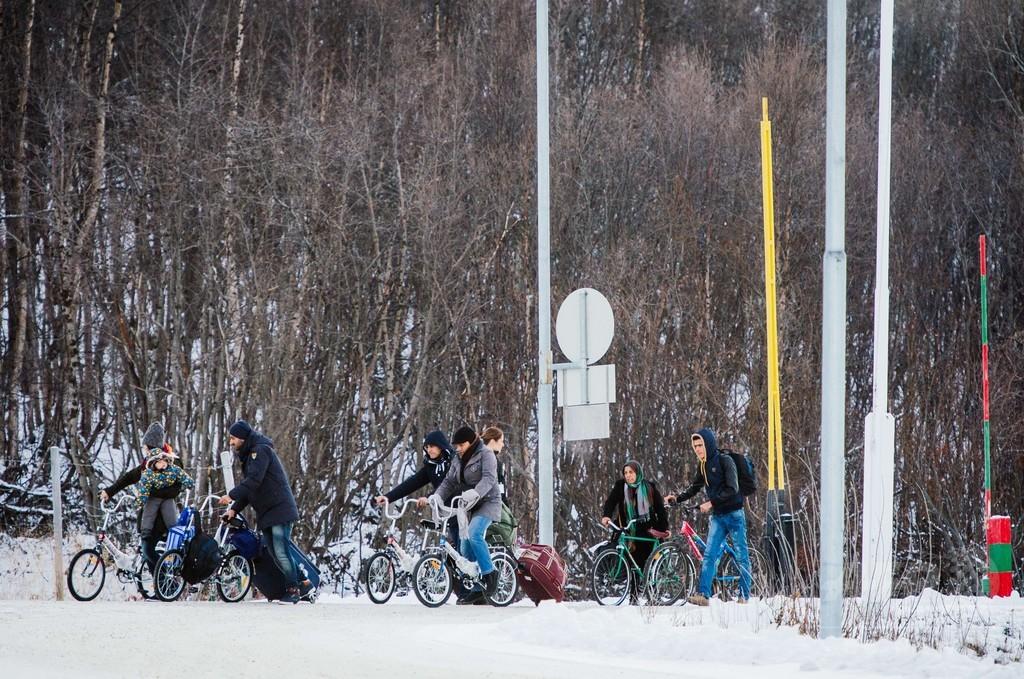 寒くても自転車で自由を、移民の「北極圏ルート」に冬到来