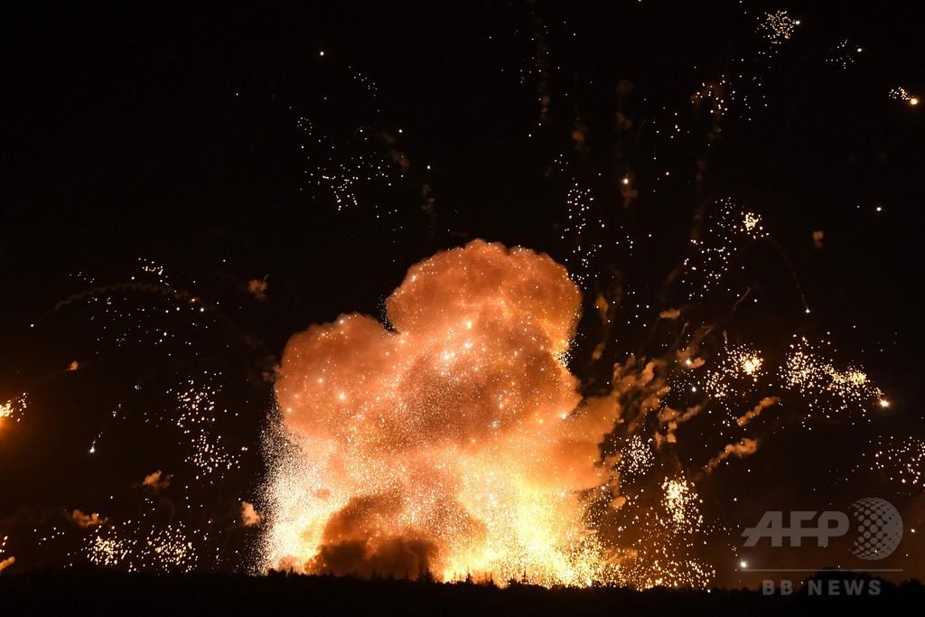 ウクライナで武器庫爆発、3万人超避難 「破壊工作」か