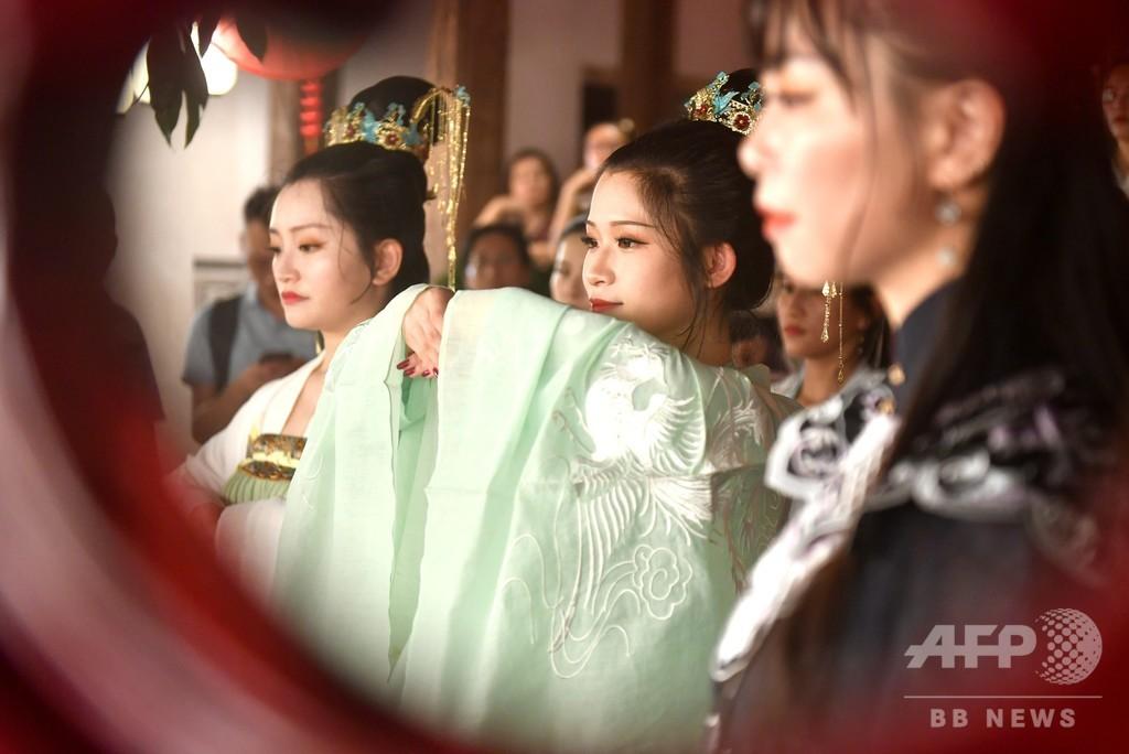 「漢服」をまとった少女が月を拝み幸を祈る中秋節 中国・福州