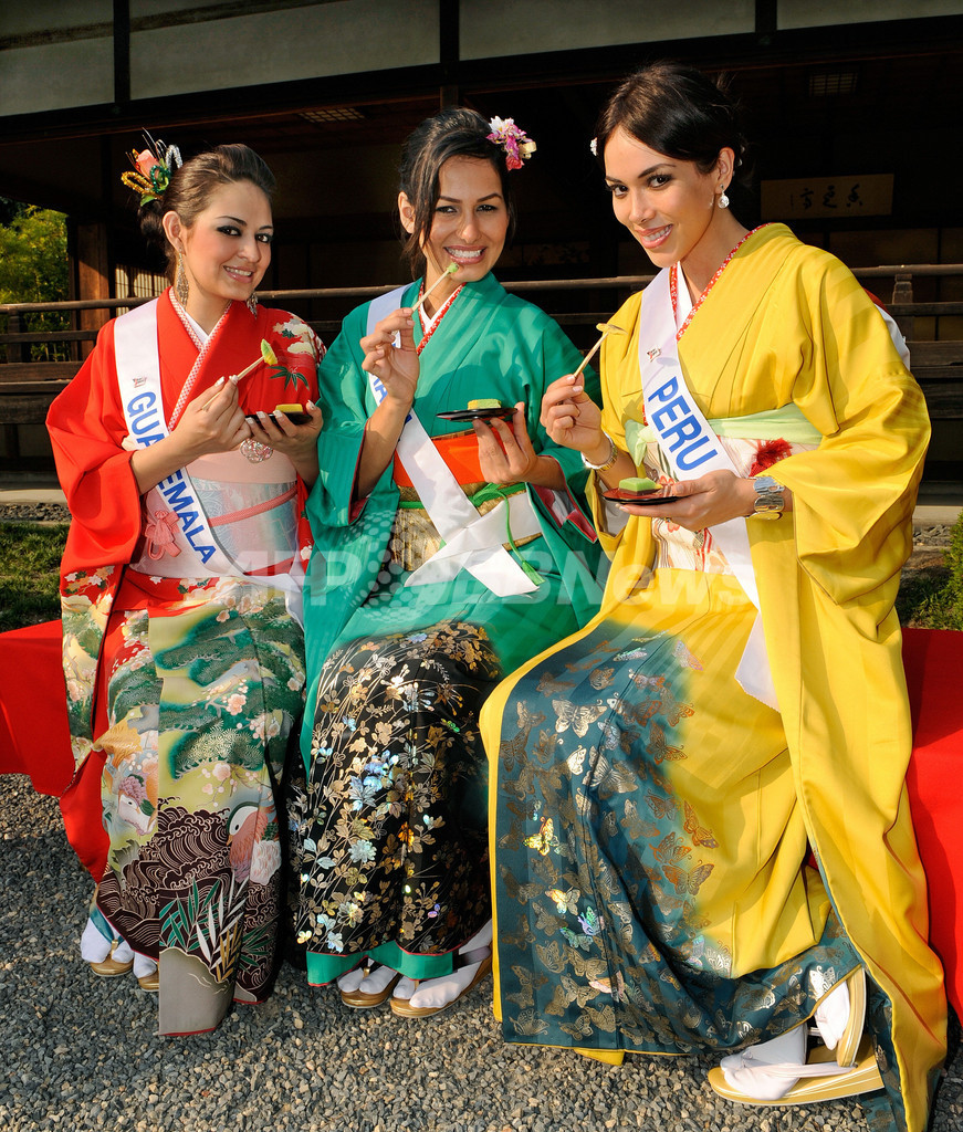 着物姿のミス・インターナショナル代表、二条城でお茶会