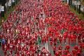 マドリードを真っ赤に染めた「サンタクロース・ラン」、サンタ姿のランナーが大集合