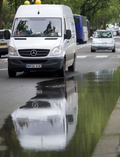 水たまりをわざと走って歩行者に水しぶき、運転手がクビに カナダ