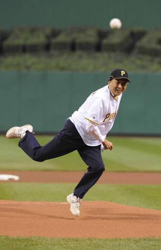 鳩山首相、米大リーグで始球式