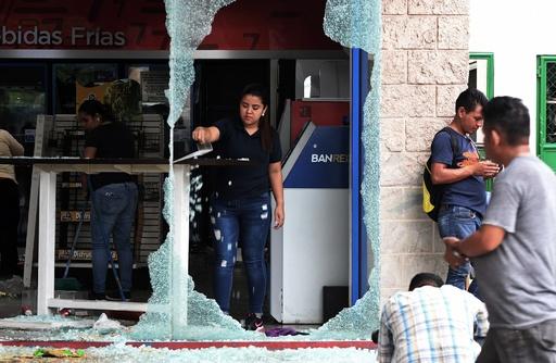 ホンジュラスで大規模デモ、大統領の辞任要求 放火や略奪も