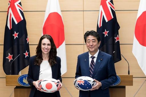 日本とニュージーランド首脳、ラグビーボールを交換 W杯いよいよ開幕