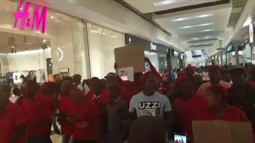 動画:H&Mの黒人差別広告、南アで抗議デモ 一部店舗で略奪も