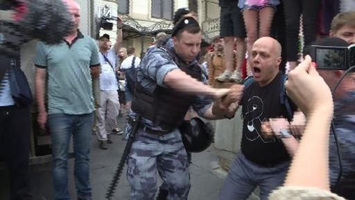 動画:ロシア首都で警察に対する抗議デモ、400人超拘束される