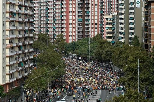 バルセロナ、5日目の抗議デモに50万人 衝突激化 ゼネストも