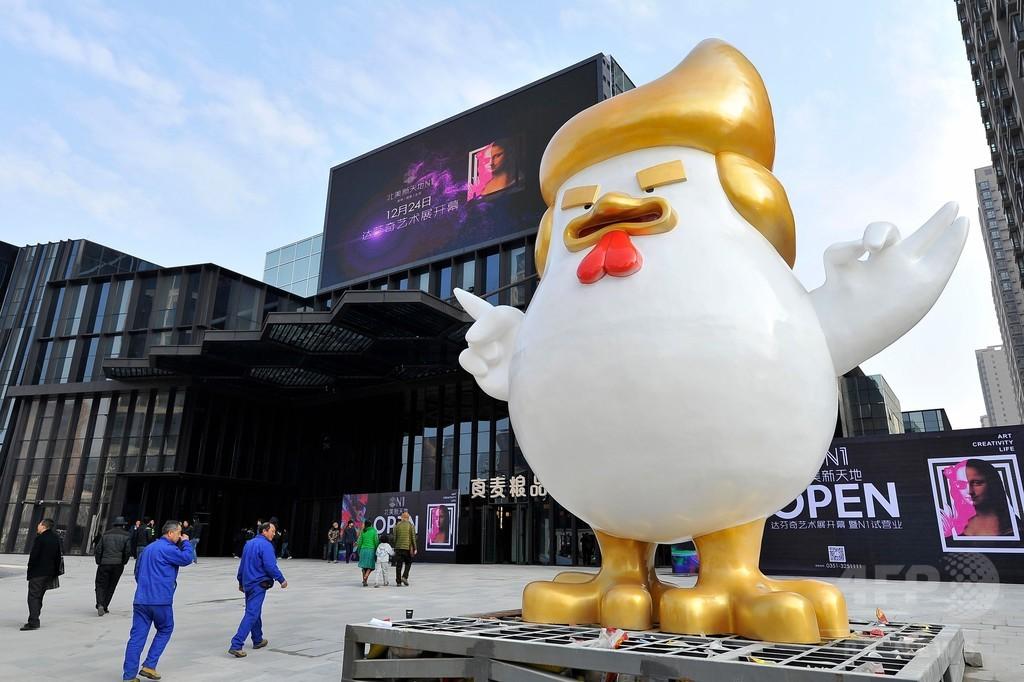 トランプ氏そっくりの巨大オンドリ像、中国のモールに出現