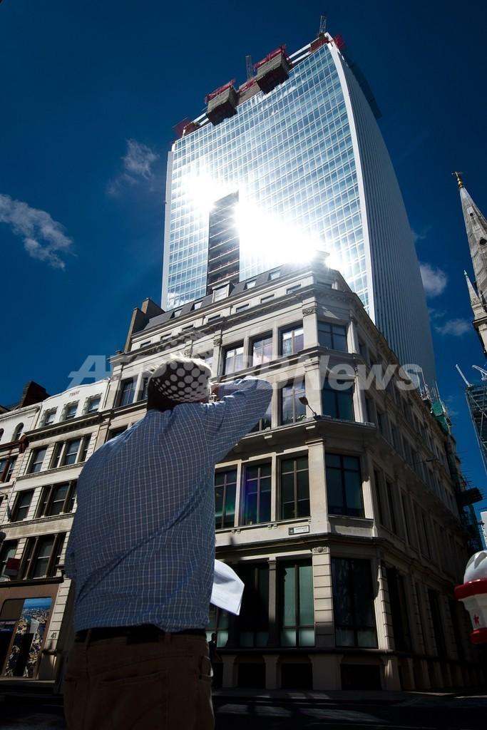 日光を集めるガラス張りの変形高層ビル、 英ロンドン