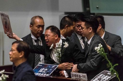 混乱続く香港議会2日目、民主派議員ら場外へ排除