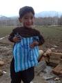 ポリ袋のユニホームでメッシ目指す、アフガニスタンの5歳少年