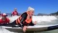 動画:波乗りの「興奮」を! 障害者たちがサーフィン体験 南ア