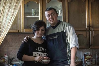 国境と宗教を超えた愛 クルド難民女性とマケドニア警官が結婚