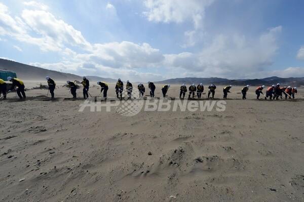 石巻市の大川小学校付近で不明者捜索、震災から2年
