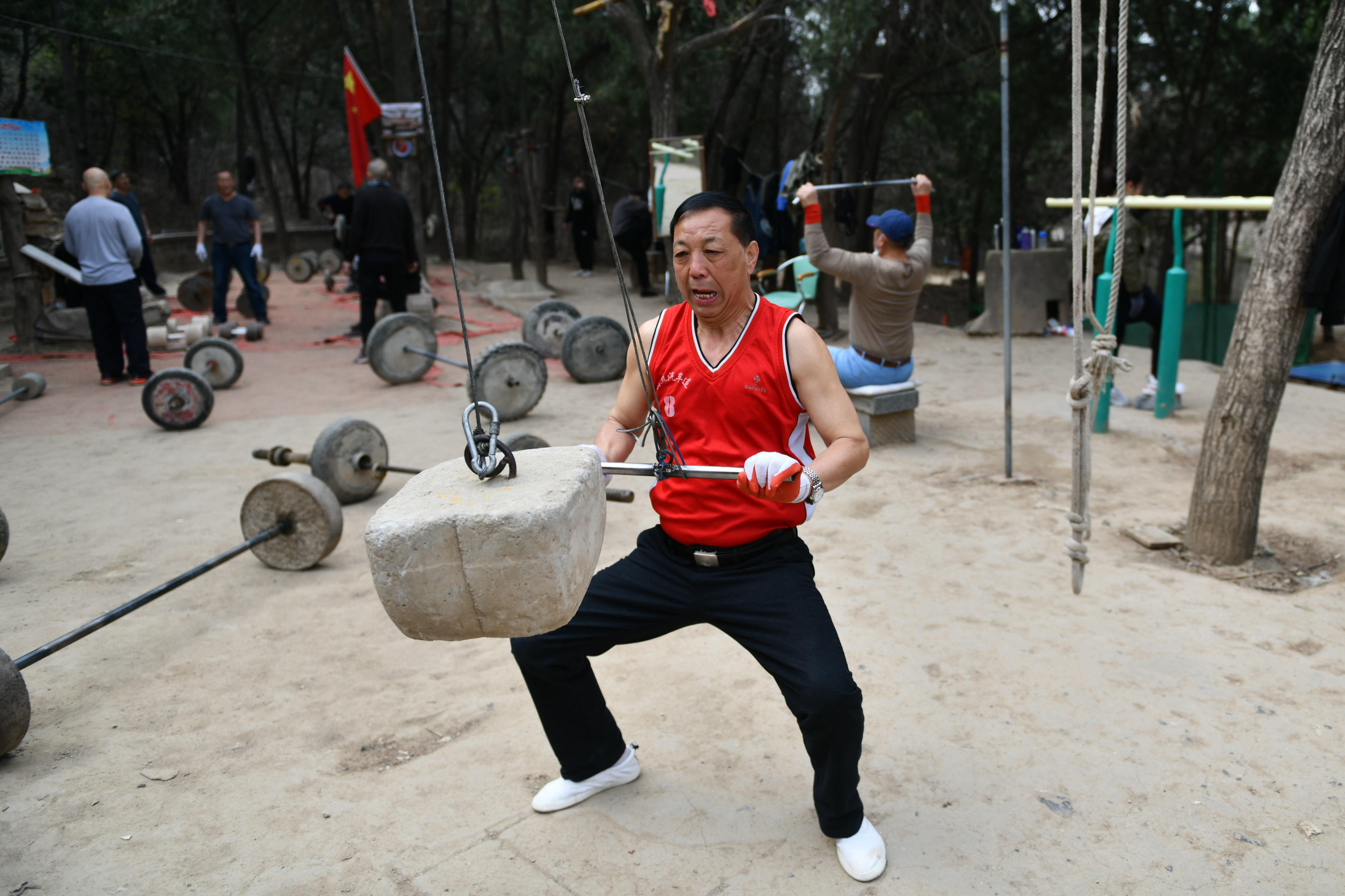 「天然のスポーツジム」 体を鍛える高齢者の憩いの場 中国・山東省