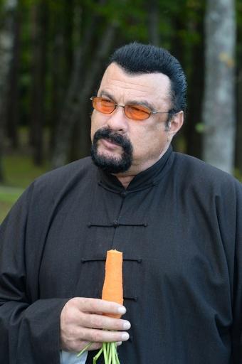 S・セガール、ベラルーシ大統領にニンジンを食べさせられる