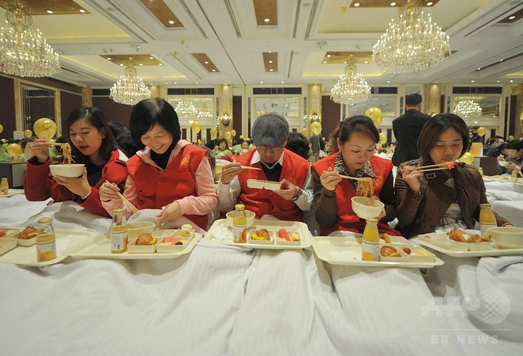 388人が「ベッドで朝食」 上海ホテルでギネス世界記録に挑戦