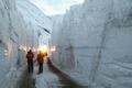 6メートルの雪の壁迫る細道、豪雪の仏アルプス