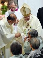 ローマ法王が元慰安婦と対面、バッジ渡される