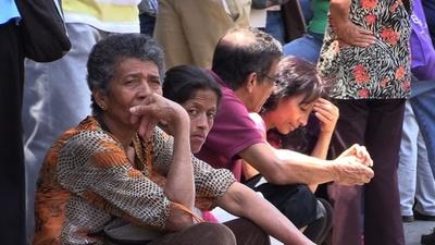 動画:年金受給待ち高齢者ら、銀行前で長蛇の列 ベネズエラ