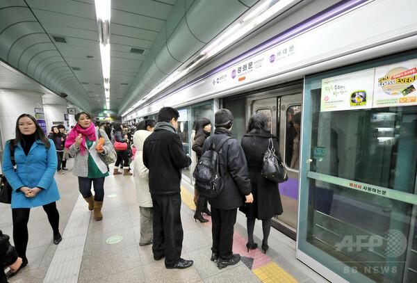 電車とホームドアに挟まれ男性死亡 韓国