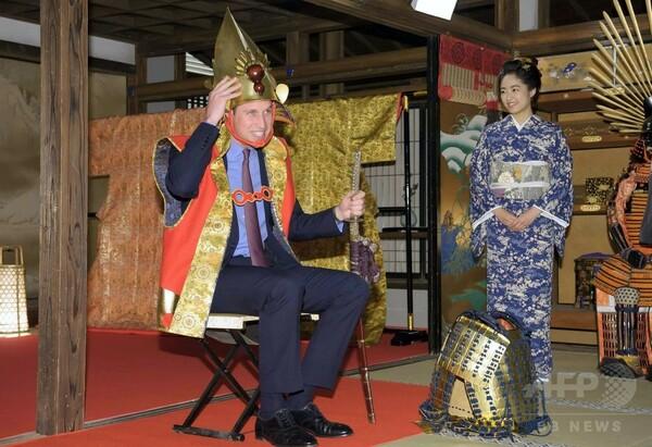 ウィリアム王子、NHKでかぶとを試着 福島の屋内運動施設も訪問