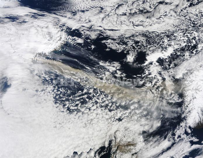 北欧上空を覆うアイスランド火山の噴煙、衛星画像