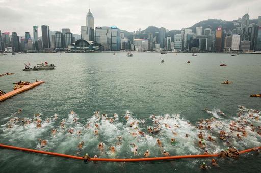 香港の名所を泳いで渡る、ビクトリアハーバー横断水泳大会