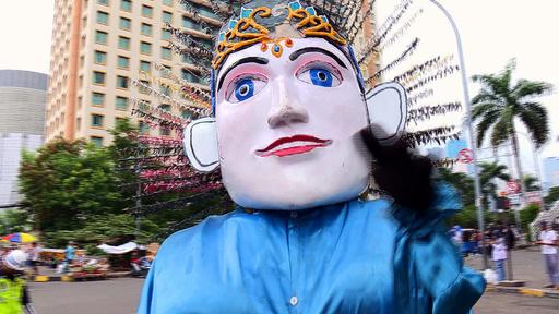 動画:ジャカルタ名物、巨大な張り子人形をかぶって奮闘する子どもたち