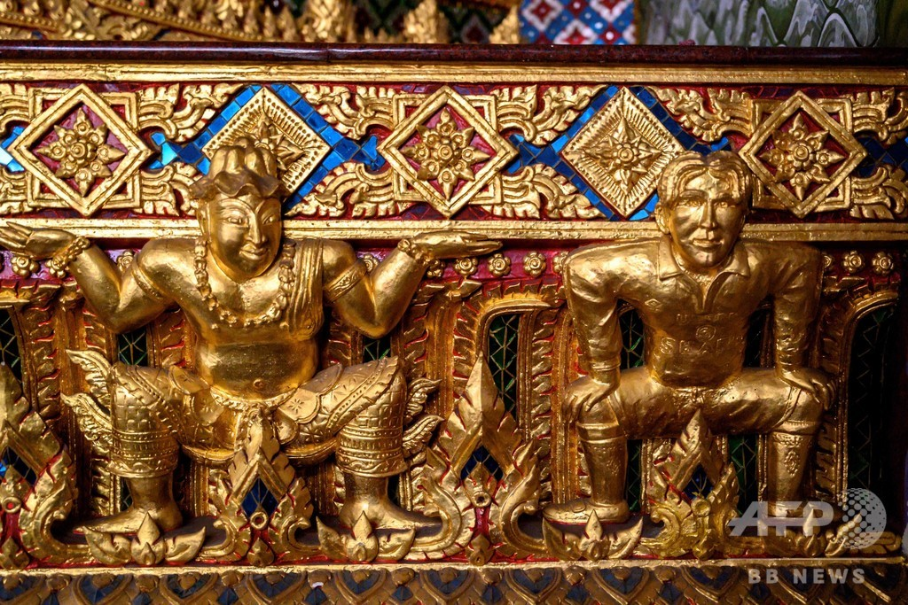 【今日の1枚】お釈迦様を支えるベッカムさん、タイの珍寺