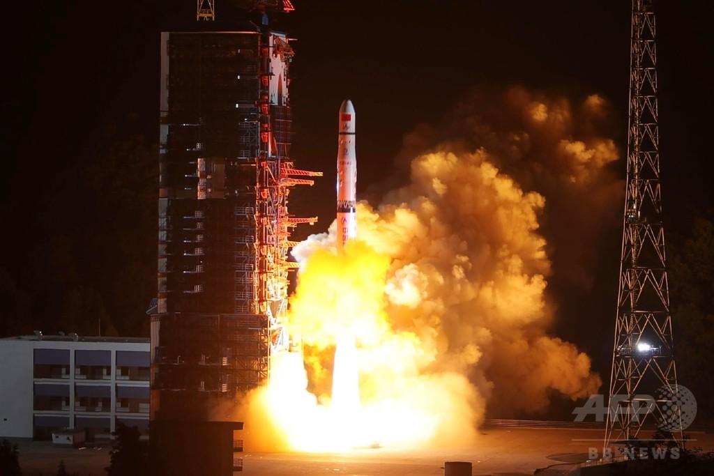 世界初、月の裏側探査に挑む中国 中継衛星の打ち上げに成功
