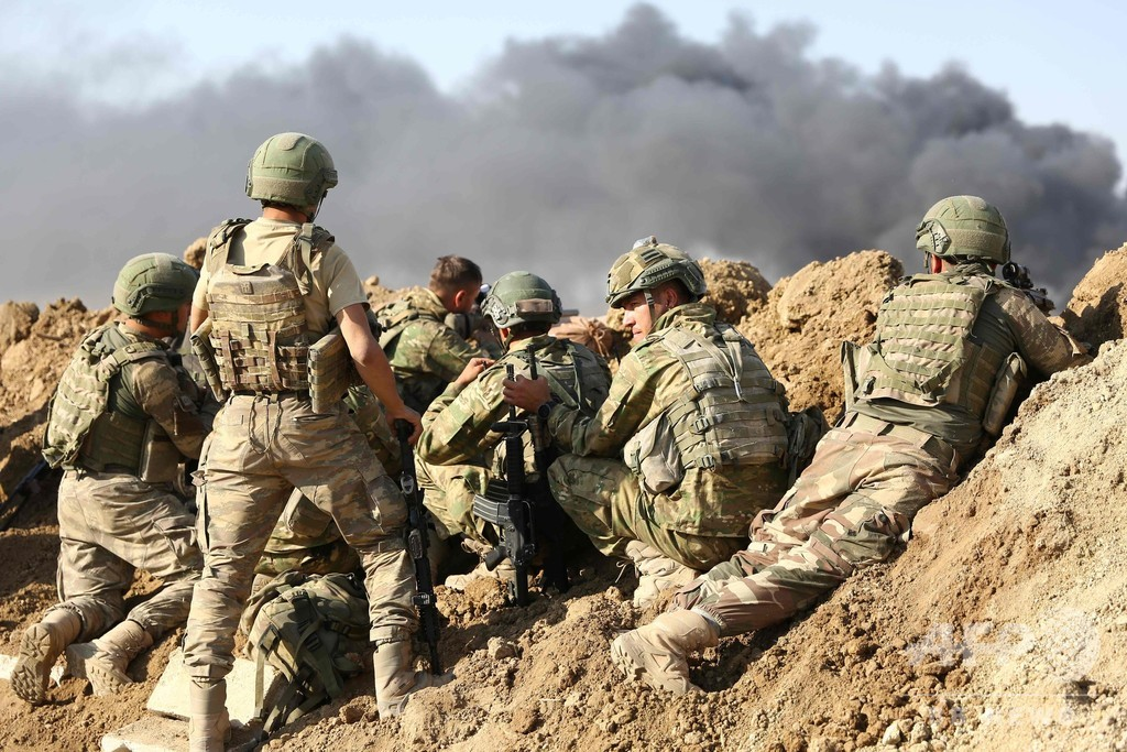 トルコ軍、クルド人地域への攻勢強める 国境の町に侵攻