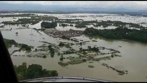 動画:洪水で冠水した被災地、死者は68人に インドネシア